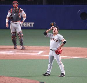 7回2死二塁、大島洋平に勝ち越しの右越え2号2ラン本塁打を浴び、呆然とする田口麗斗。捕手は大城卓三(カメラ・関口 俊明)