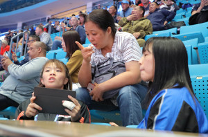 試合の合間、応援に駆けつけた母・川井初江さんのもとへ来た(左から)川井梨紗子、友香子の姉妹