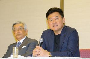 オーナー会議後に会見を行った議長の三木谷浩史・楽天オーナー(左は斉藤惇コミッショナー)(カメラ・泉 貫太