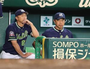 厳しい表情で戦況を見つめる宮本コーチ(左)と小川監督