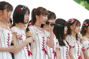 NGT48の荻野由佳(中央)らメンバー