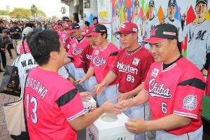 千葉県の台風被害のための募金活動を行ったロッテ・井口監督(右)、楽天・平石監督(右から2番目)と両チームの選手ら