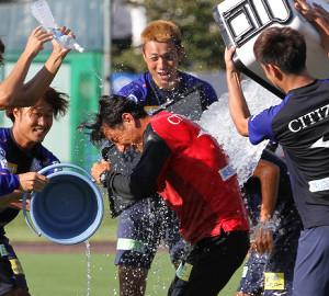 甲府の伊藤彰監督(中央)はクーラーボックスの氷水などをかけられ誕生日を祝われた