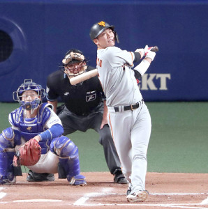 6回1死、先制の左越え37号ソロ本塁打を放つ坂本勇