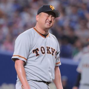 8回2死三塁、福田永将に勝ち越し二塁打を打たれ、顔をしかめる沢村拓一(カメラ・橋口 真)