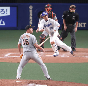 8回2死三塁、福田永将に勝ち越しの左翼線適時二塁打を打たれた沢村拓一。捕手・大城卓三、球審・森健次郎(カメラ・関口 俊明)