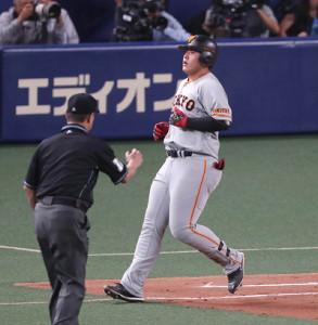 9回2死、遊ゴロに倒れた岡本和真。手前は名幸一明一塁塁審(カメラ・関口 俊明)