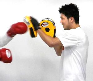 八街少年院を訪問し、ミット打ちなどのスポーツ交流を行った村田諒太