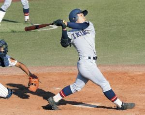 9回無死一、二塁でバックスクリーン左へ逆転サヨナラ3ランを放つ仙台育英・笹倉(カメラ・有吉 広紀)