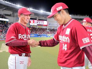 4勝目を挙げた則本昂(右)と握手する平石監督