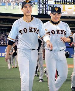 ナゴヤドーム最終戦を終え、球場を後にする坂本勇(左)と丸(カメラ・橋口 真)