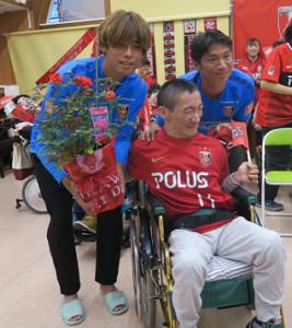 さいたま市内の社会福祉施設「みずき園」を訪問し、重度の心身障害者と交流した浦和MF長沢和輝(右)、汰木康也