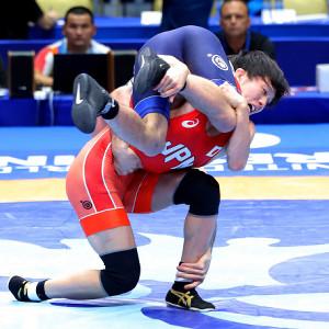 男子フリースタイル65kg級(敗者復活戦:2回目)第1ピリオド、相手を投げ飛ばす乙黒拓斗