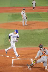 1回1死満塁、山口俊は宮崎敏郎に押し出しの四球を与え、三塁走者・ソトの生還を許す(カメラ・保井 秀則)