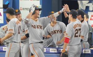 3回2死、右翼席へソロ本塁打を放った大城卓三(中央)はベンチでナインと喜ぶ(カメラ・生澤 英里香)