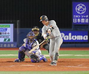 4回1死、小林誠司が左前打を放つ(捕手・伊藤光)(カメラ・生澤 英里香)