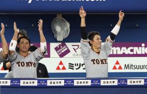 7回1死一、三塁、岡本和真の適時二塁打を喜ぶ坂本勇人(右)ら巨人ベンチ((カメラ・矢口 亨)