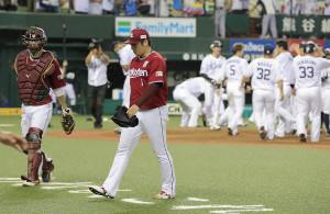 9回1死一塁、代打・メヒアにサヨナラ2ランを打たれた松井裕樹(右、カメラ・清水 武)