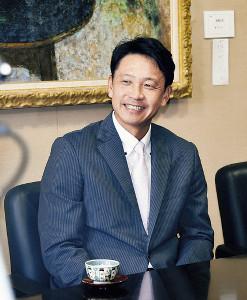 富山県庁を表敬訪問し、今季を振り返った二岡監督