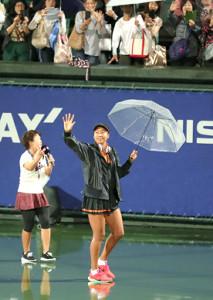 降雨中断で試合再開を待っていたファンの前に傘を差して現れ、手を振る大坂なおみ