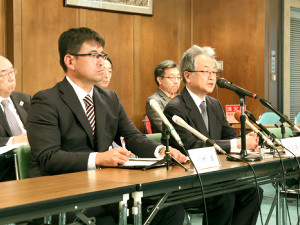 有識者会議後、会見する中島委員(右)と川村委員