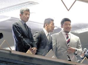 日本テレビ系の中継ブースから会場を見る(左から)舘、くりぃむしちゅー上田晋也、畠山健介さん