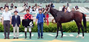 ききょうSを勝ったプリンスリターンと原田騎手(左端は加用調教師)