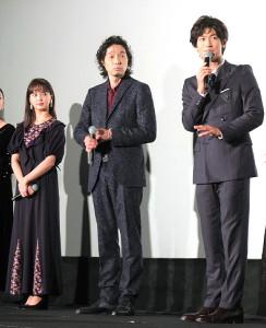 舞台あいさつに登場した(左から)多部未華子、斉藤和義、三浦春馬