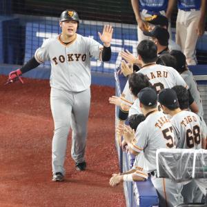 7回1死一、三塁、打者・阿部の時にエスコバーの暴投で生還した三塁走者の岡本和真はナインとハイタッチ(カメラ・関口 俊明)