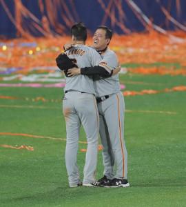 試合後、坂本勇人(左)と抱き合う原辰徳監督(カメラ・相川 和寛)