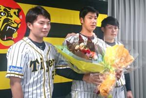 引退会見を行った横田(中央)にサプライズで花束贈呈を行った北條(左)、高山(右)