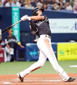 6回、勝ち越しの右中間三塁打を放つソフトバンク・柳田