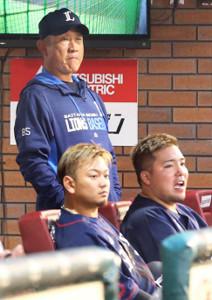 険しい表情でベンチから戦況を見守る辻監督(手前右から山川、森)