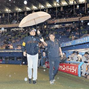 7回途中降雨コールドで敗れ、傘を差して引き揚げる原監督(カメラ・橋口 真)
