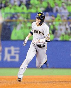 5回2死一、三塁、田中俊の適時打で三塁へ進塁する坂本勇