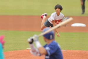 始球式を務めた、永川勝浩の長女・唯奈さん