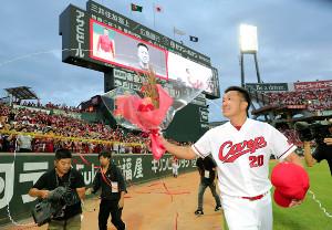 引退セレモニーでファンの声援に応えながらグラウンドを一周する永川勝浩