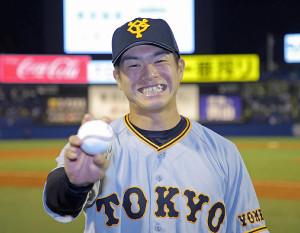 巨人移籍後初勝利を飾った古川侑利はウイニングボールを手に笑顔(カメラ・泉 貫太)