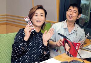 20時間、文化放送をジャックした氷川きよし(左)、アシスタントの太田英明アナ