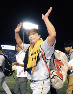 ファンの声援に手を振り引き揚げる阿部(カメラ・清水 武)