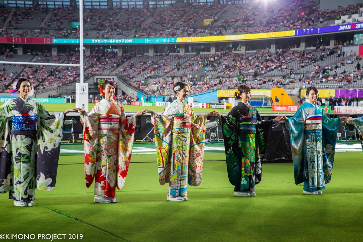 開会式では世界各国の着物姿に身を包んだモデルたちが手と手を繋ぎ、開幕を彩った(C)KIMONO PROJECT Kengo Maeda