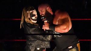 """""""ザ・フィーンド""""ブレイ・ワイアット(左)がストローマンをマンディブルクローでKO(C)2019 WWE, Inc. All Rights Reserved."""