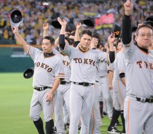 試合後、レフトスタンド前で甲子園のファンに別れを告げた阿部慎之助(左)らナイン