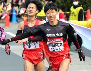 今年1月の箱根駅伝で5区を走った国学院大・浦野雄平(右)