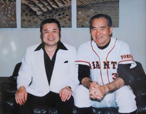 長嶋茂雄・巨人軍終身名誉監督と写真に収まる「金ピカ先生」こと佐藤忠志さん