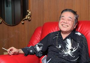 18年06月、インタビューに応じた「金ピカ先生」こと佐藤忠志さん
