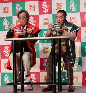 「赤いきつね」を食べる武田鉄矢(左)と「緑のたぬき」を食べる濱田岳