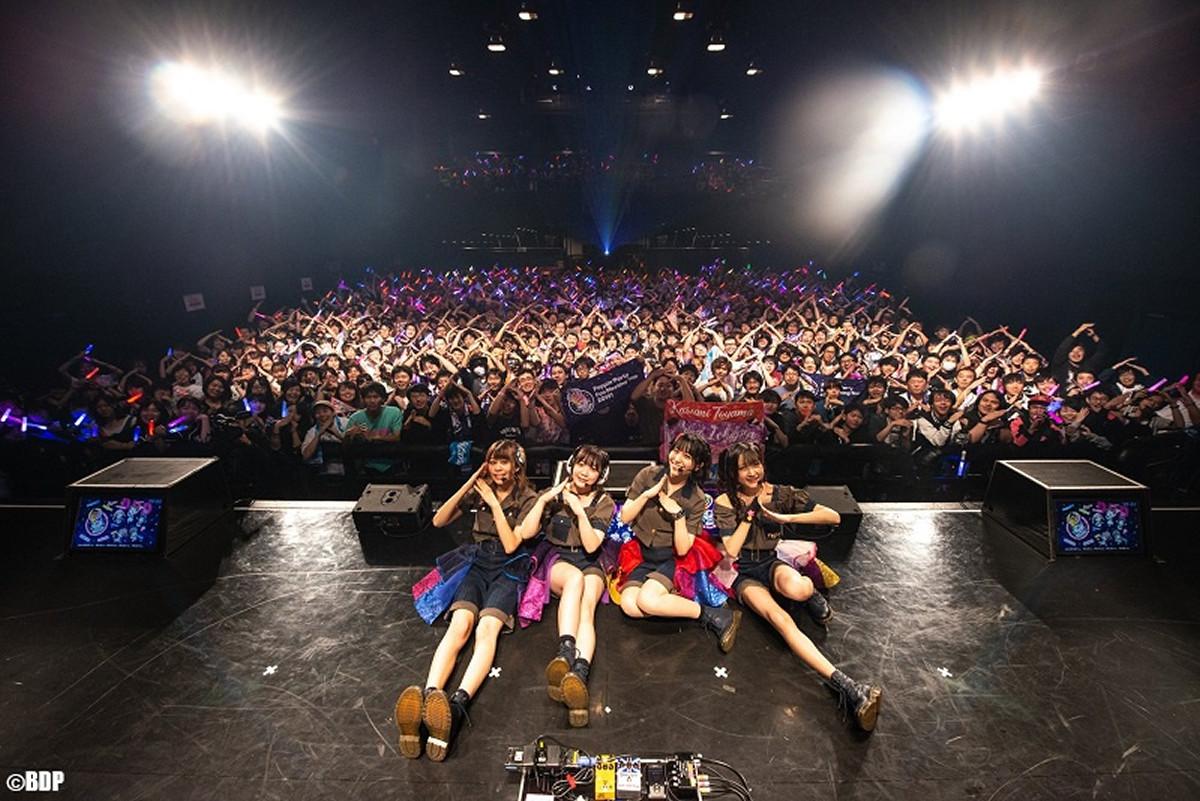 札幌のバンドリーマーと記念撮影をした(左から)大塚紗英、伊藤彩沙、愛美、西本りみ、(C)BanG Dream! Project/撮影:Satoshi Hata