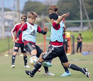 ボールを競り合う仙台DF永戸(左)とMF松下(手前右)