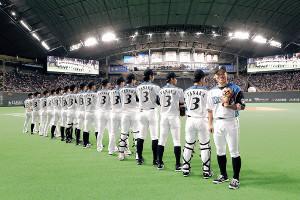 引退試合となる田中賢(右)の背番号3のユニホームを着用し試合に臨む日本ハムナイン(カメラ・関口 俊明)